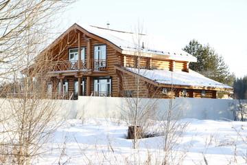 Деревенский дом в снегу зимним днем