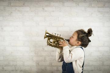 トランペットを吹く子供