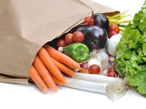 sac en papier  de légumes en vrac sur fond blanc