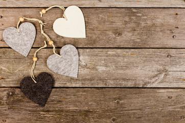 fyra filt hjärtan på trä bakgrund med utrymme för egen text