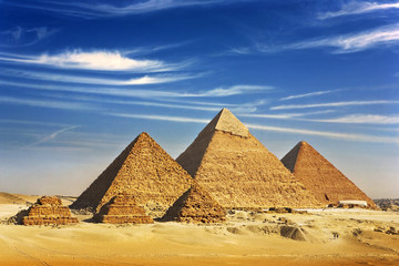 Fotobehang Egypte Egypt. Cairo - Giza. General view of pyramids from the Giza Plateau (on front side 3 pyramids popularly known as Queens' Pyramids; next: the Pyramid of Mykerinos, Chephren and Cheops)