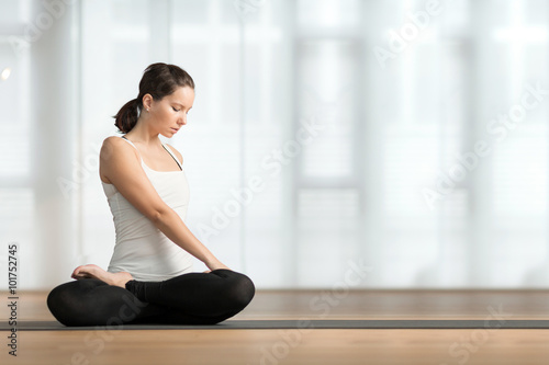 Junge Frau Macht Yoga Am Boden Stock Photo And Royalty Free Images
