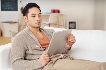 junger mann schaut ein video am tablet-pc
