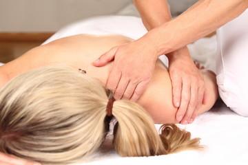 Frau genießt professionelle Massage