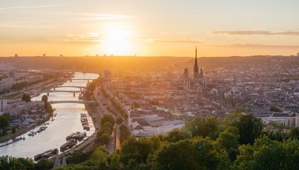 Foto auf Acrylglas Cappuccino Panorama de la ville de Rouen au soleil couchant avec la Seine et la cathédrale. Pris de la côte Sainte-Catherine