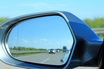 Blick in den Seitenspiegel am Auto
