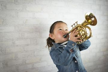 トランペットを吹く少女