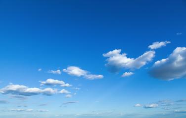 Strahlend blauer Himmel mit Wolken