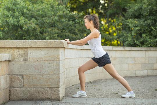 Junge Frau macht Dehnübungen für Beine