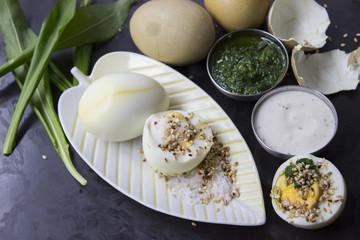 Teeeier mit Bärlauchdip, Joghurt und Sesam