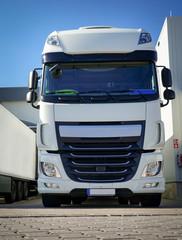 Spedition - Logistik, schöner, weißer LKW vor Verladetor