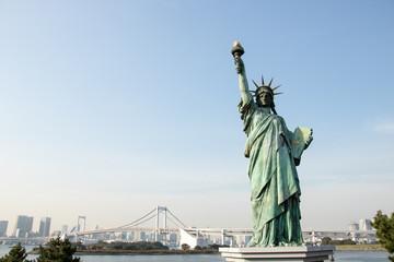 Foto op Plexiglas New York 自由の女神、レインボーブリッジ