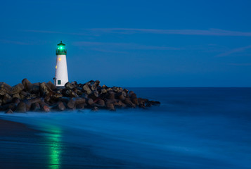 Fotobehang Vuurtoren Santa Cruz Breakwater Lighthouse in Santa Cruz, California at night