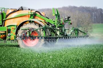 Ackerbau - Pflanzenschutz, Feldspritze mit Sprühnebel