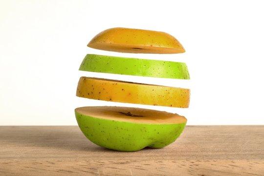 Pomme jaune et verte tranchées