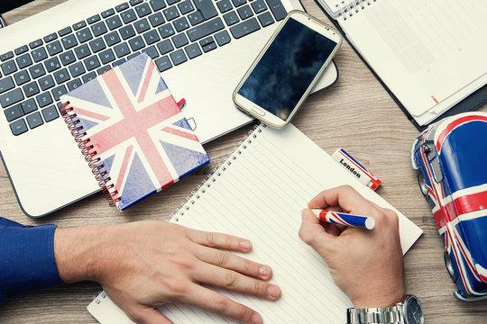 imparare la lingua inglese con un corso online sul notebook
