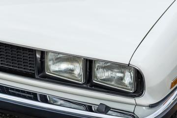 白い車のヘッドライトHeadlight of the white car