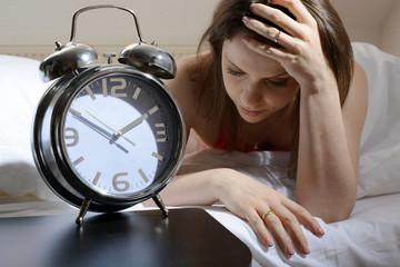 Frau leidet an Schlaflosigkeit und Schlafstörung und hat Probleme beim Einschlafen