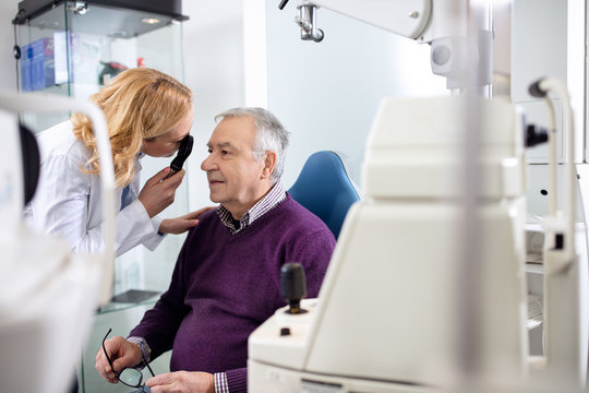 Female ophthalmologist determines diopter