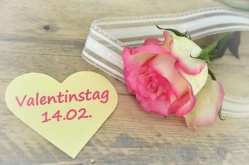Valentinstag am 14.02. - Rosa Rose mit Zettel Herz - Memo