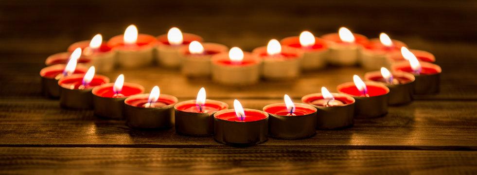 Strahlendes Herz aus Kerzen