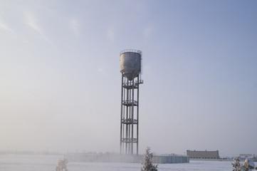 Высотная водонапорная башня зимой в сильный мороз