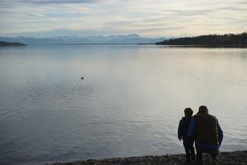 Vater und Sohn am Starnberger See im Winter