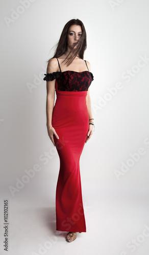 524134a1c7da2 Stylische junge Frau in langen roten Rock
