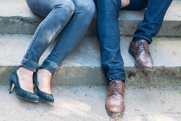 Schuhe von einem modischen Paar auf Treppe
