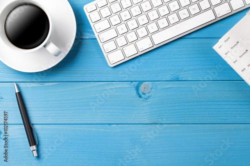 schreibtisch mit kaffee tastatur und kalender stok g rseller ve telifsiz g rseller fotolia. Black Bedroom Furniture Sets. Home Design Ideas