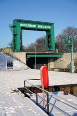 Obraz Schleuse in Niegripp bei Magdeburg im Winter - fototapety do salonu