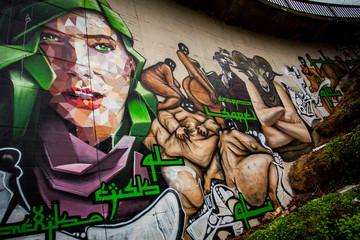 Graffiti: Frauenkopf und dicke Menschen