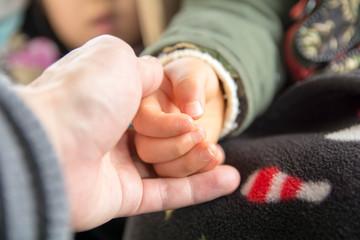 子供の手を握る親