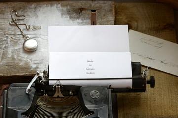Botschaft,alte Schreibmaschine mit Sinnspruch und Taschenuhr