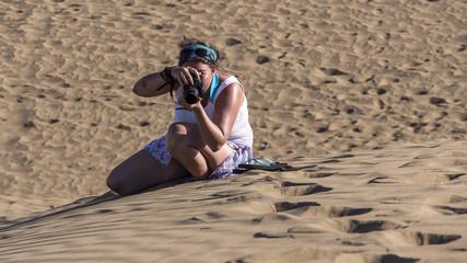 Fotografin beim Shooting in den Sanddünen von Maspalomas auf Gran Canaria