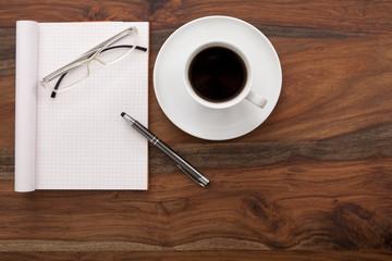 Schreibtisch mit Kaffee und leerem Zettel, Textfeld,
