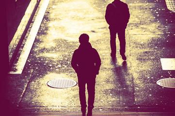Obraz 歩道を歩く人の影,後ろ姿 - fototapety do salonu