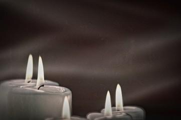 Surreale Kerzen vor schwarzem Hintergrund