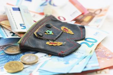 Bargeld, Geldscheine und Münzgeld mit einer kleinen Geldbörse, Lederhose