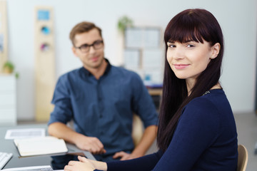 junge geschäftsfrau im gespräch im büro