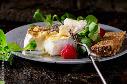 """Baked Goat cheese with honey and raspberries"" Imagens e ..."