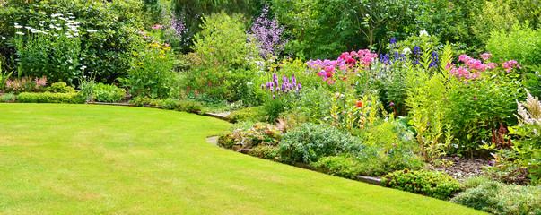 Foto op Aluminium Tuin Gartenanlage mit Rasenfläche