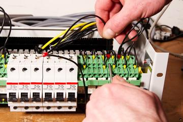 Elektriker Verschrauben Kabel in Verteiler
