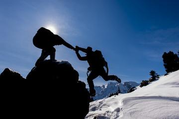 zorlu kış tırmanışı ve yardımlaşmak