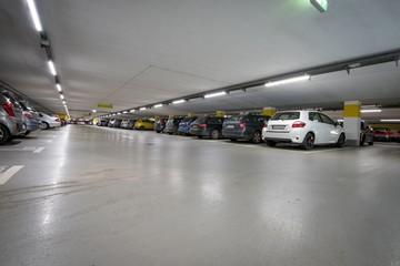 Parkplatz - voll besetzte Tiefgarage