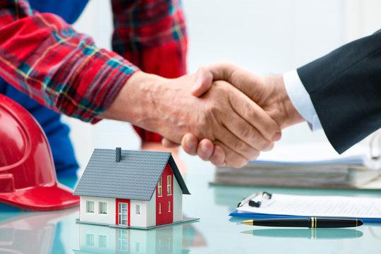 Händedruck mit Kunden nach dem erfolgreichen Vertragsabschluss