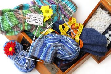Handarbeiten: Handgestrickte Socken und Nähzeug