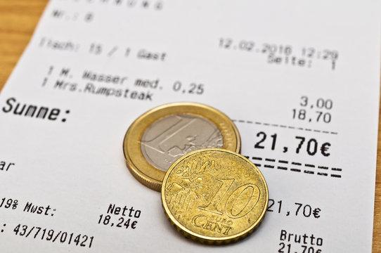 Rechnung und Euromünzen