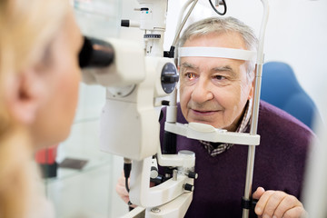 Eye specialist determines distance of eyes pupil to patient