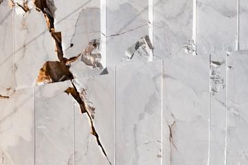 Dettaglio di una parete di marmo con crepa, Carrara